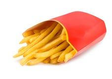 Le patate fritte in un contenitore rosso di scatola hanno isolato Immagine Stock