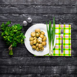 Le patate novelle hanno completato con la cipolla e la salsiccia tagliate Fotografie Stock Libere da Diritti