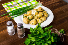 Le patate novelle hanno completato con la cipolla e la salsiccia tagliate Fotografie Stock