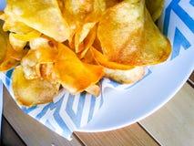 Le patate si dirigono i chip fatti fotografia stock libera da diritti