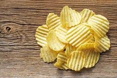Le patatine fritte su rustico woden il fondo Immagine Stock
