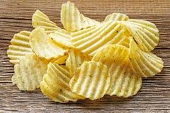 Le patatine fritte su rustico woden il fondo Immagini Stock Libere da Diritti