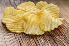 Le patatine fritte su rustico woden il fondo Fotografia Stock Libera da Diritti
