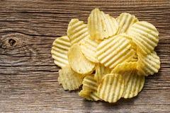Le patatine fritte su rustico woden il fondo Fotografie Stock