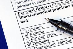 Le patient choisit la maladie dans les antécédents médicaux Photos libres de droits