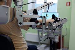 Le patient est soigné dans le département de réadaptation images libres de droits