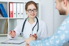Le patient féminin de docteur et de mâle discutent quelque chose Concept de soins médicaux ou d'assurance Médecin prêt à examiner images libres de droits