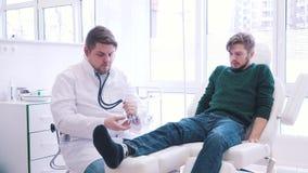 Le patient n'est pas satisfait de la décision du ` s de docteur clips vidéos