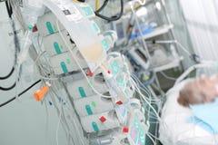Le patient sur des soins intensifs s'est relié aux dispositifs pour la perfusion de images libres de droits