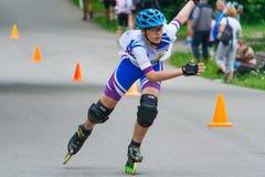 Le patineur de rouleau est sur la route Photo stock