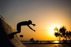 Le patineur de rouleau saute Photographie stock