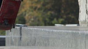 Le patineur rectifie le tour 5-0 sur le rebord de rue, monument architectural, plan rapproché clips vidéos