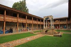 Le patio de l'église très gentille de mosaïque dans Polloc Photos libres de droits