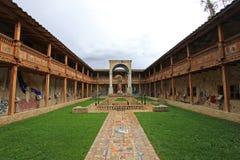 Le patio de l'église très gentille de mosaïque dans Polloc Photos stock