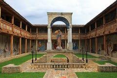 Le patio de l'église très gentille de mosaïque dans Polloc Images libres de droits