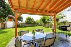 Le patio a placé avec la table et les chaises supérieures en verre image libre de droits