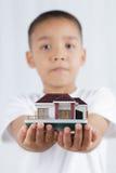 le patrimoine de concepts remet la maison réelle images stock