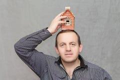 le patrimoine de concepts remet la maison réelle photo stock