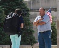 Le patriote est interviewé au rassemblement pour fixer nos frontières Photographie stock