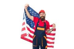 Le patriotisme et la fierté nationale sont ouvertement exprimés Homme barbu tenant le drapeau national des Etats-Unis sur le fond image libre de droits