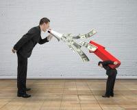 Le patron à l'aide du mégaphone pulvérisant des billets d'un dollar hurlant à utilisent Photos libres de droits