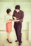 Le patron (asiatique) thaïlandais commande une tâche pour son secrétaire mignon dans t Photo libre de droits
