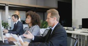 Le patron d'homme d'affaires expliquent stratégie de femme d'affaires d'Afro-américain la nouvelle tenant des documents, gens d'a clips vidéos