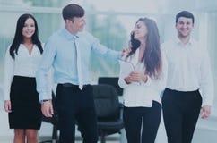 Le patron et les membres des affaires team sur le fond de bureau Image stock