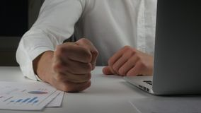 Le patron fâché bat son poing sur la table Menace de violence Le patron montre l'agression L'employé de bureau mauvais bat son po banque de vidéos