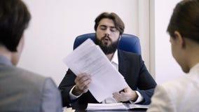 Le patron fâché fait à réprimande l'employé féminin pour le mauvais résultat de travail Le patron châtie en colère deux employés  banque de vidéos