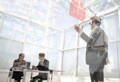 Le patron instruit des employés, leur laissant un rappel sur le verre photo libre de droits