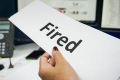 Le patron a mis le feu à l'employé image libre de droits