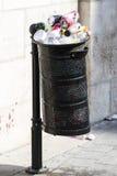 Le pattumiere della via sono riempite di bidoni della spazzatura con le bottiglie di plastica delle ricerche fino alla cima Fotografie Stock Libere da Diritti
