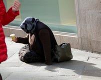 Le pauvre gitan demande l'aumône des passants sur la rue images libres de droits