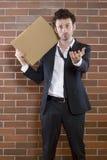Le pauvre homme d'affaires unshaved parle en faveur avec un signe blanc Photo stock