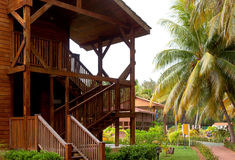 Le pavillon confortable confortable en bois loge des escaliers se tenant près du Photos libres de droits