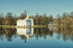 Le pavillon de Bath turc et le pont de marbre dans Catherine Park Images libres de droits