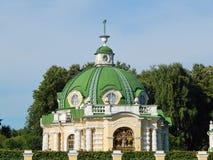 Le pavillon de grotte dans l'ensemble architectural Kuskovo, Moscou de parc Photographie stock