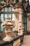 Le pavillon de mur dans Zwinger avec la statue photographie stock libre de droits