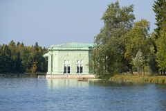 Le pavillon de Vénus dans le paysage du lac blanc Parc de palais de Gatchina Région de Léningrad, Russie Photographie stock libre de droits
