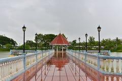 Le pavillon est au milieu de la piscine photos stock