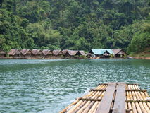 Le pavillon et le radeau sur le lac chiew Lan, Thaïlande photographie stock