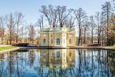 Le pavillon supérieur de Bath dans Catherine Park dans Tsarskoye Selo Photographie stock libre de droits