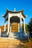 Le pavillon sur la crête d'Apsara du bâti de Zu d'automne Image stock