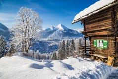 Le pays des merveilles d'hiver avec le chalet de montagne dans les Alpes Image stock
