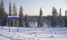 Le pays des merveilles de l'hiver au cercle polaire, Suède photographie stock