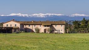 Le pays et le golf recourent dans la campagne toscane contre les montagnes neigeuses, Pontedera, Pise, Toscane, Italie images libres de droits