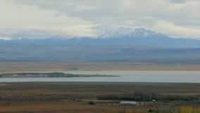 Le paysage épique avec la montagne énorme est couvert par le glacier antique, nuages sont sur un dessus clips vidéos
