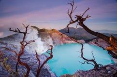 Le paysage étonnant de panorama au lever de soleil ijen dessus le volcan de cratère Images stock
