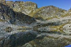 Le paysage étonnant des lacs Elenski et le Malyovitsa font une pointe, montagne de Rila Image stock